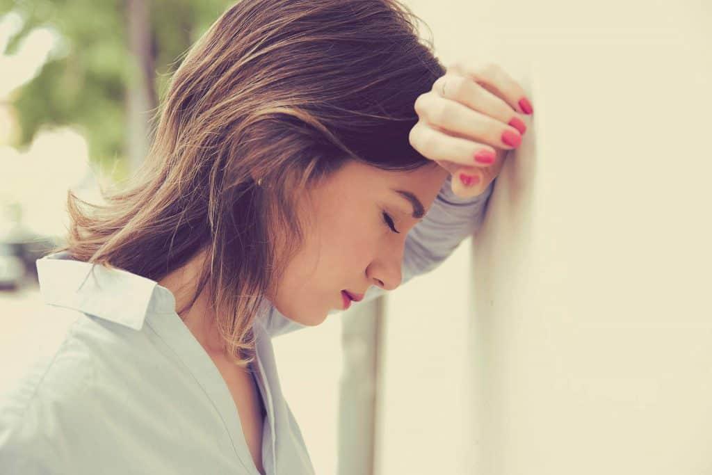 אשה עם כאב ראש