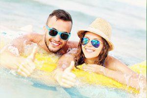 זוג מבלה בקיץ
