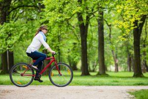 אשה על אופניים