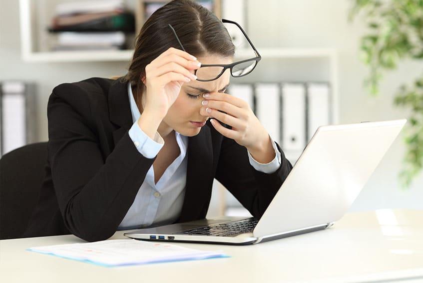 אשה עם תסמונת העין היבשה