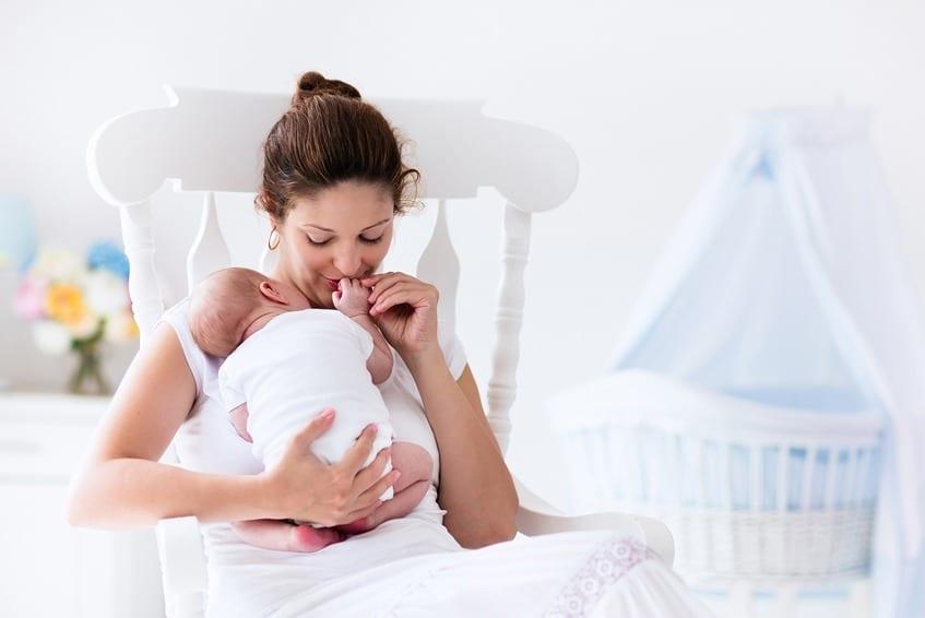 אמא אחרי קיסרי עם תינוק