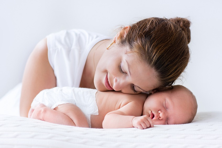 אמא מחבקת תינוק