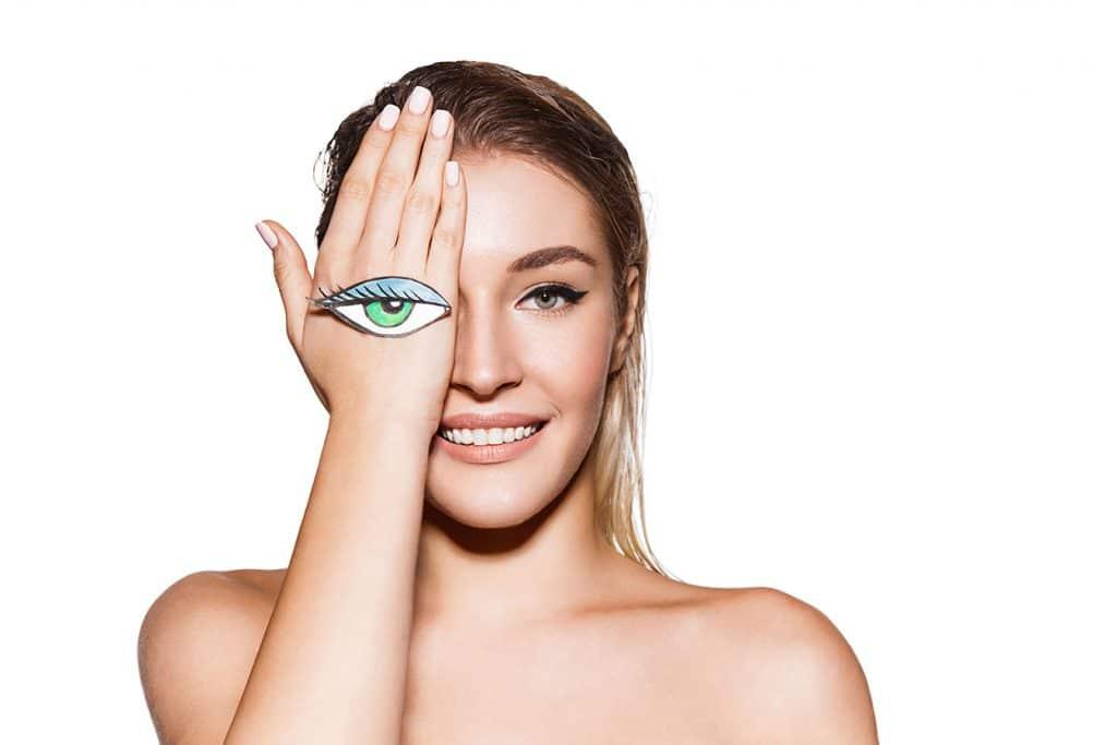 בחורה מכסה עין